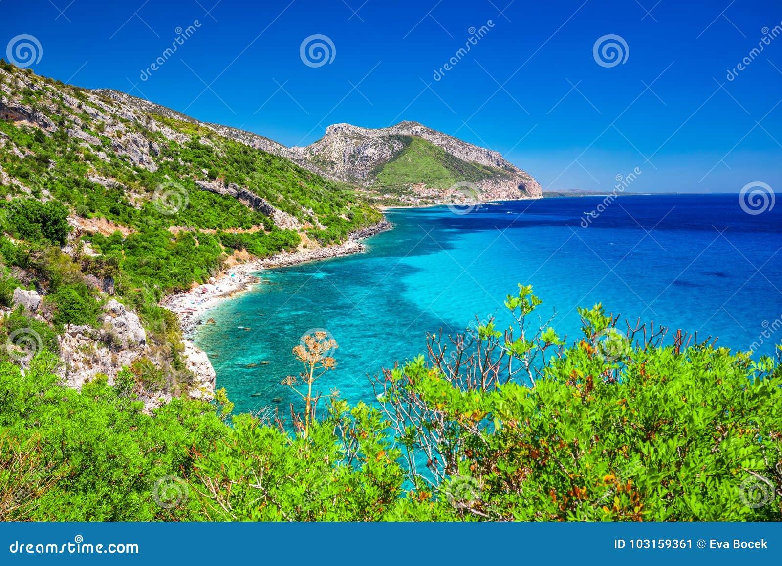 La costa costa de Cerdeña cerca de la playa de Cala Fuili localizó apenas encima de la costa de Cala Gonone, Cerdeña, Italia