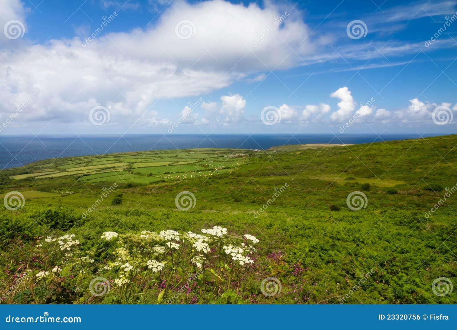 La costa de Cornualles entre las pistas termina y St. Ives