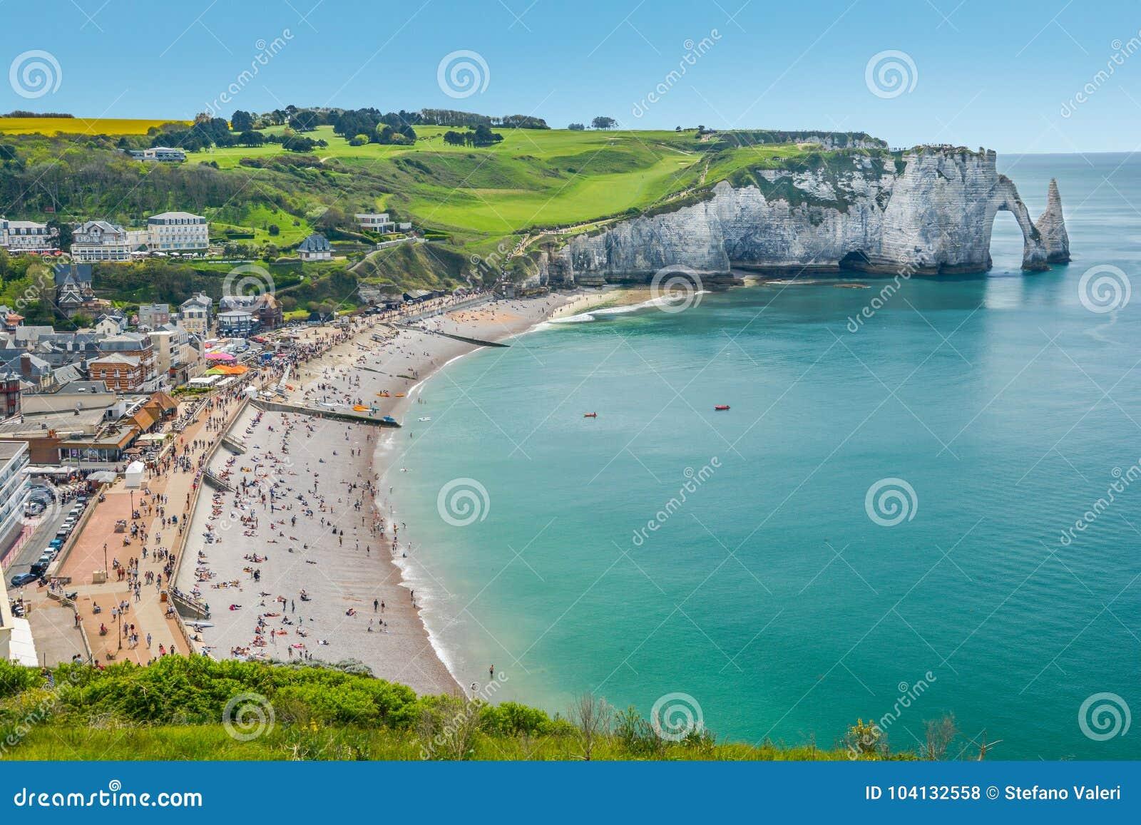 La costa del alabastro de Etretat, Normandía, Francia