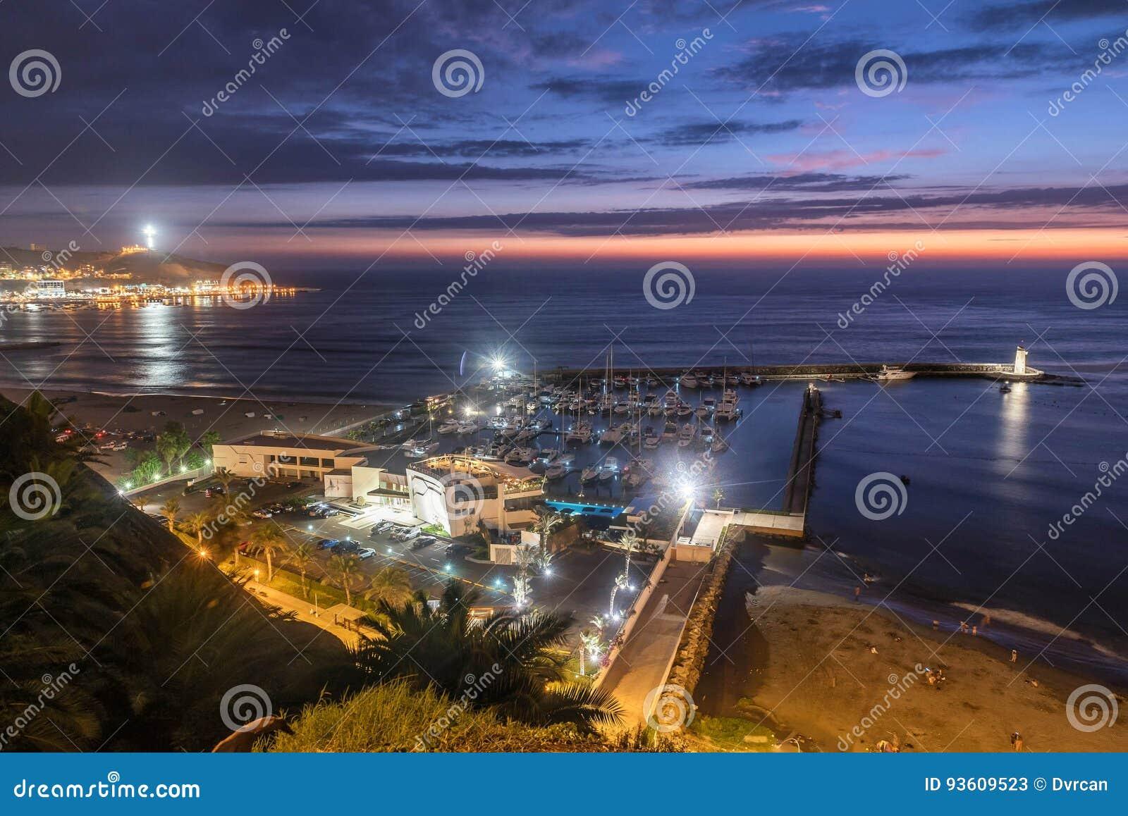 La Costa del Pacífico de Miraflores en la noche en Lima, Perú