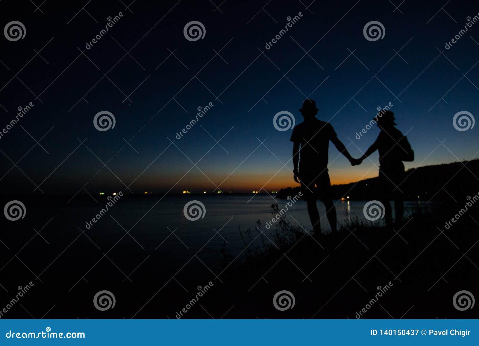 La costa di Mar Nero nei raggi del sole uscente disinserito