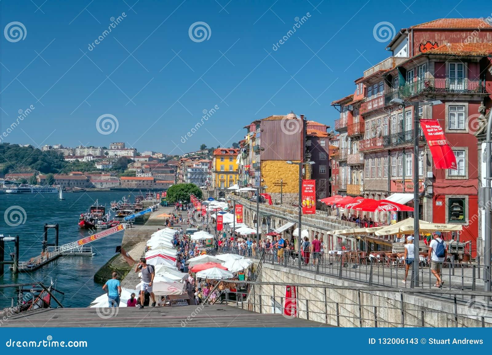 La costa histórica de Ribeira, Oporto, Portugal
