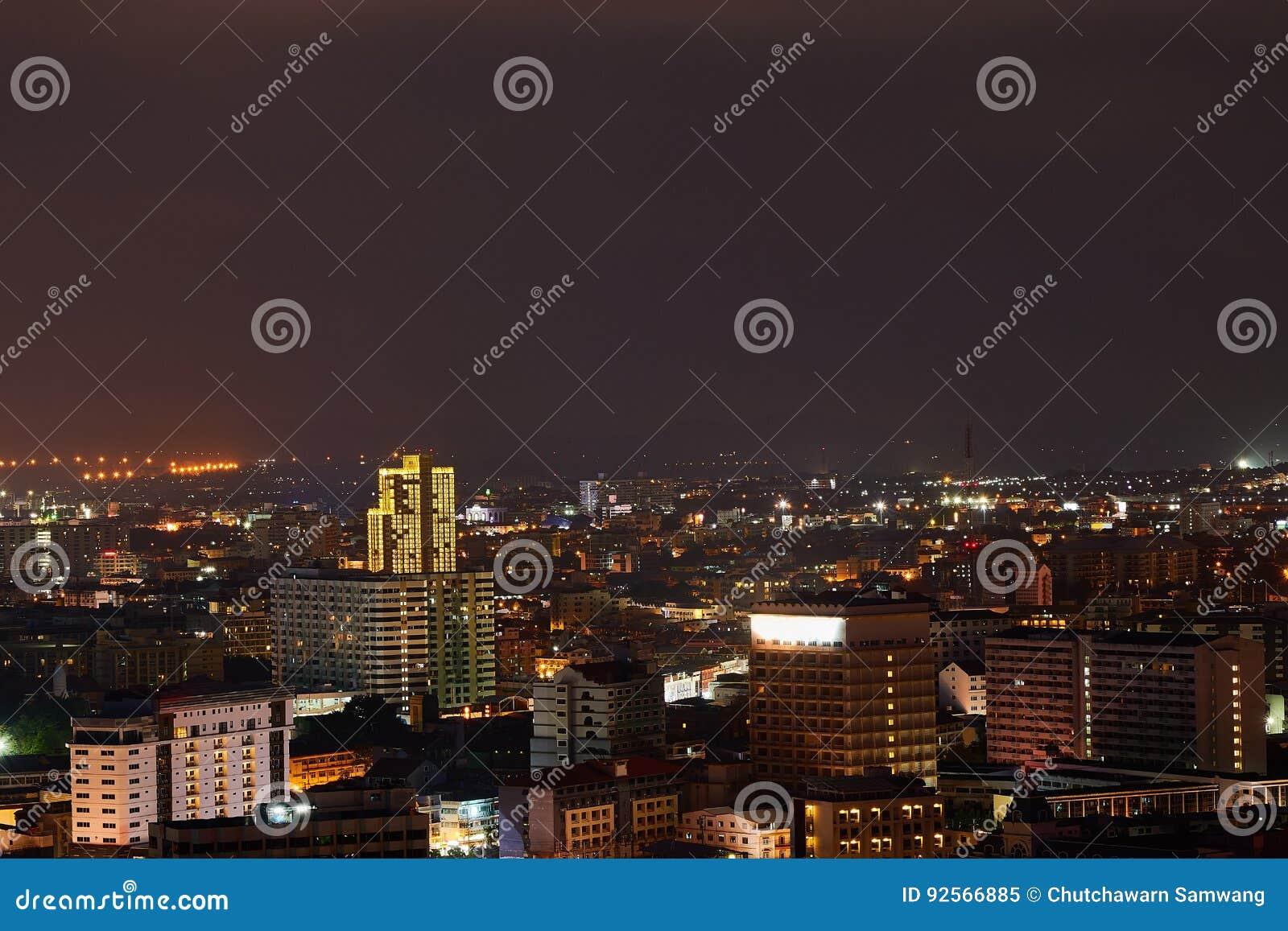La costruzione ed i grattacieli nel tempo crepuscolare a Pattaya