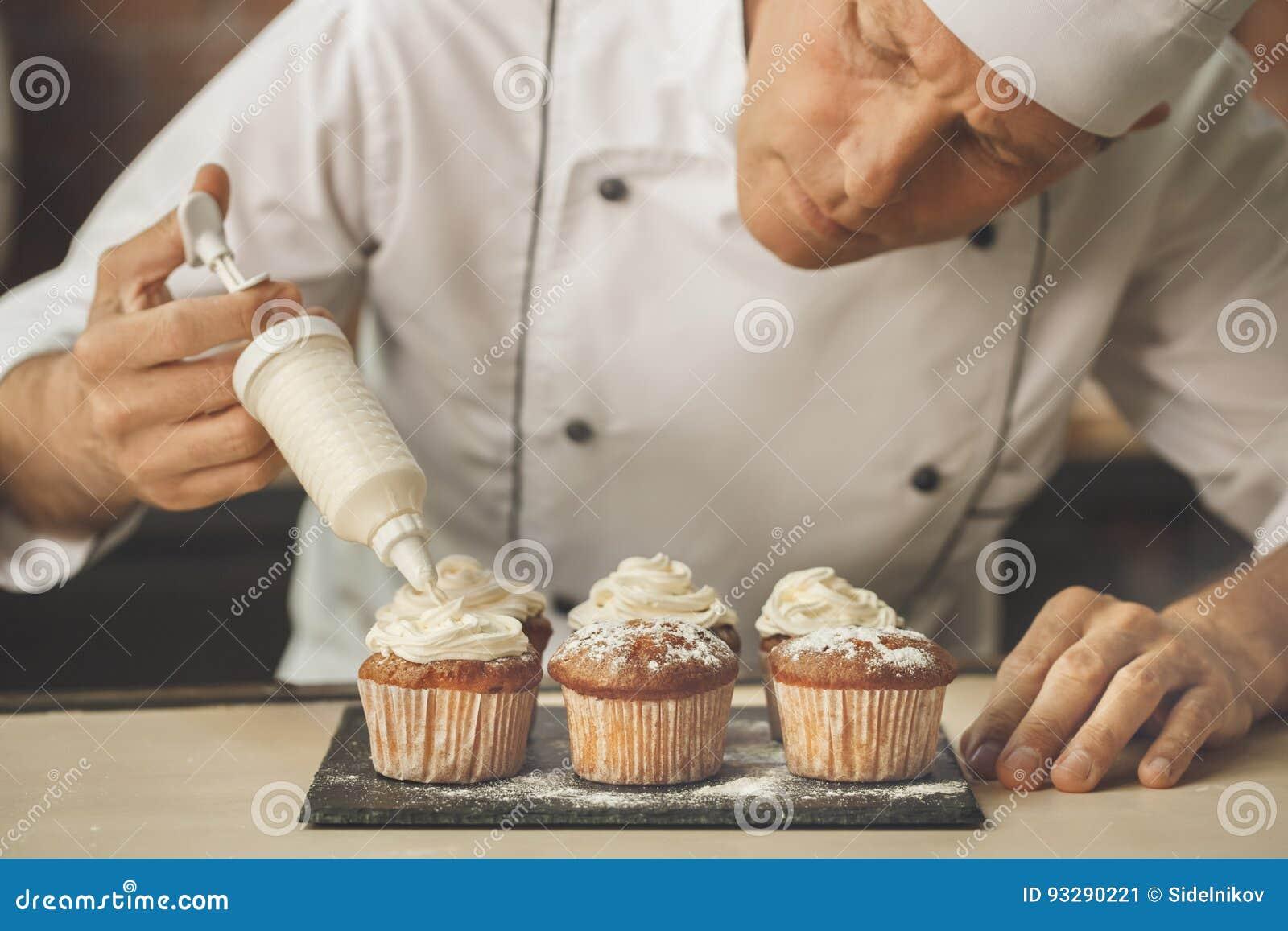 La cottura del cuoco unico del forno cuoce nel professionista della cucina