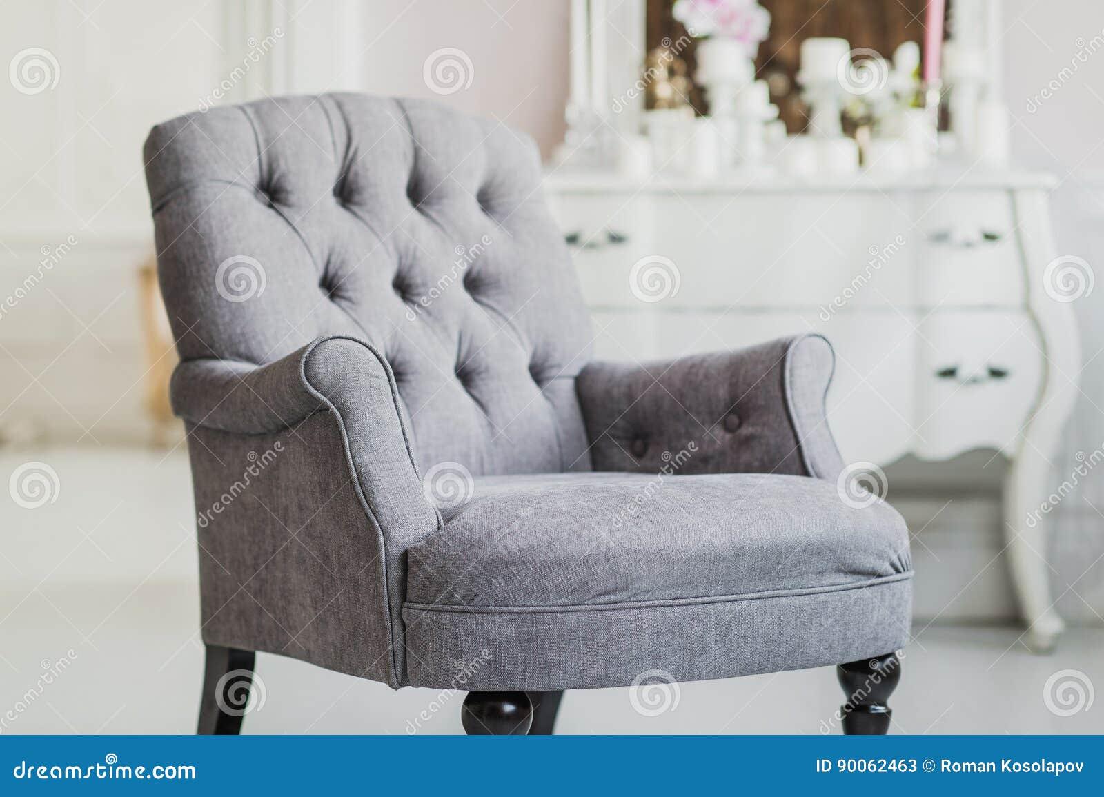 La Couleur Beige A Tapissé La Chaise Dans Le Salon Avec Des Fleurs