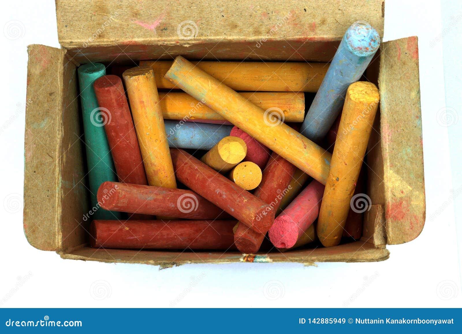 La couleur marque le bâton à la craie dans la vieille boîte de papier d isolement sur le fond blanc