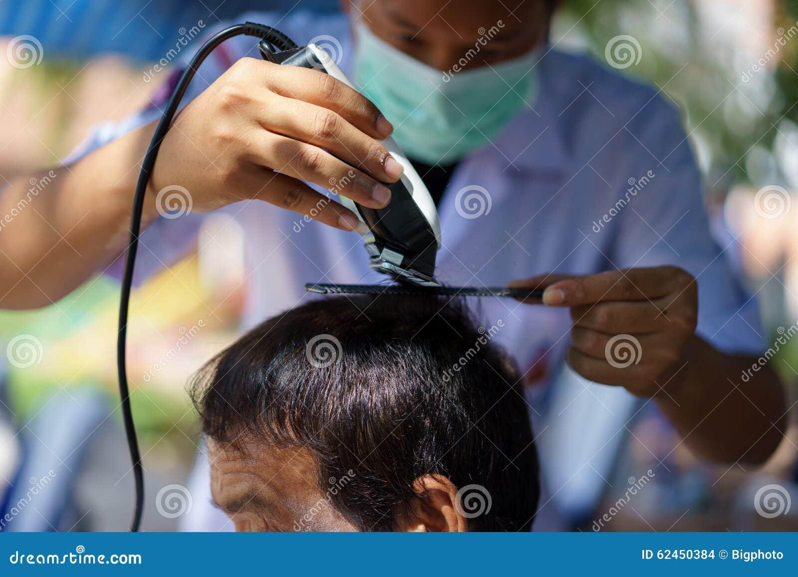 Couper Les Cheveux Avec Une Tondeuse concernant le jeune homme coupe des cheveux dans le salon de coiffure photos