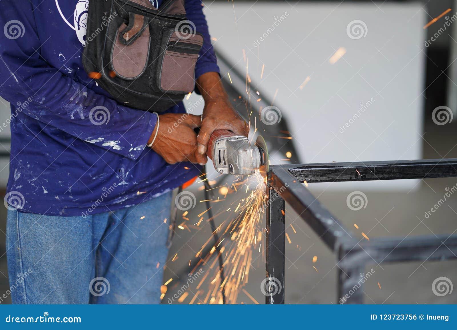 La coupe en acier de broyeur d utilisation de travailleur créent la table d acier en métal Technicien industriel