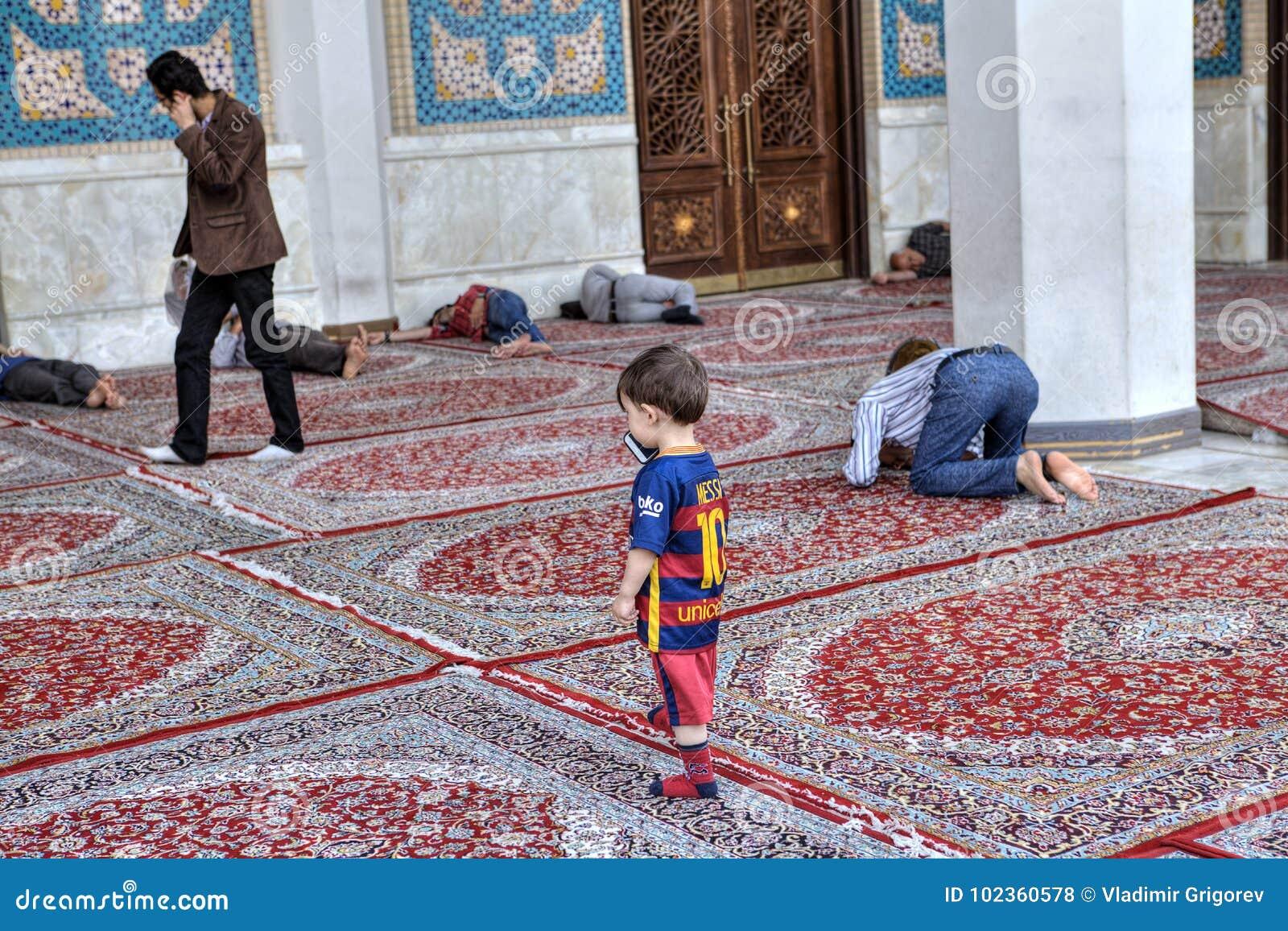 La cour de la mosquée iranienne, musulmans prient, dormant, promenade, Shira