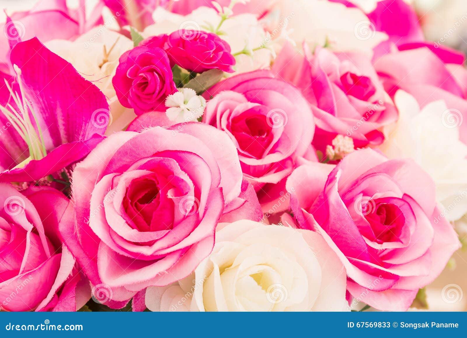 la couture faite main fausse de fleur rose et blanche fleurit
