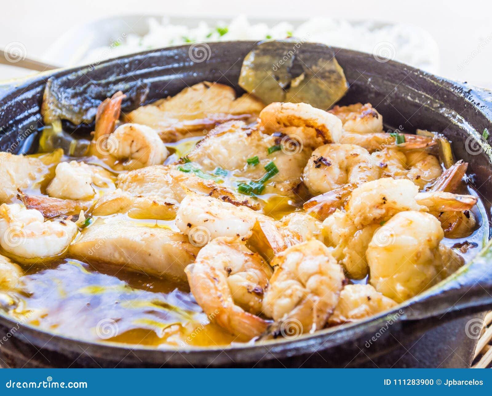 La crevette et le riz cuisent, nourriture brésilienne typique