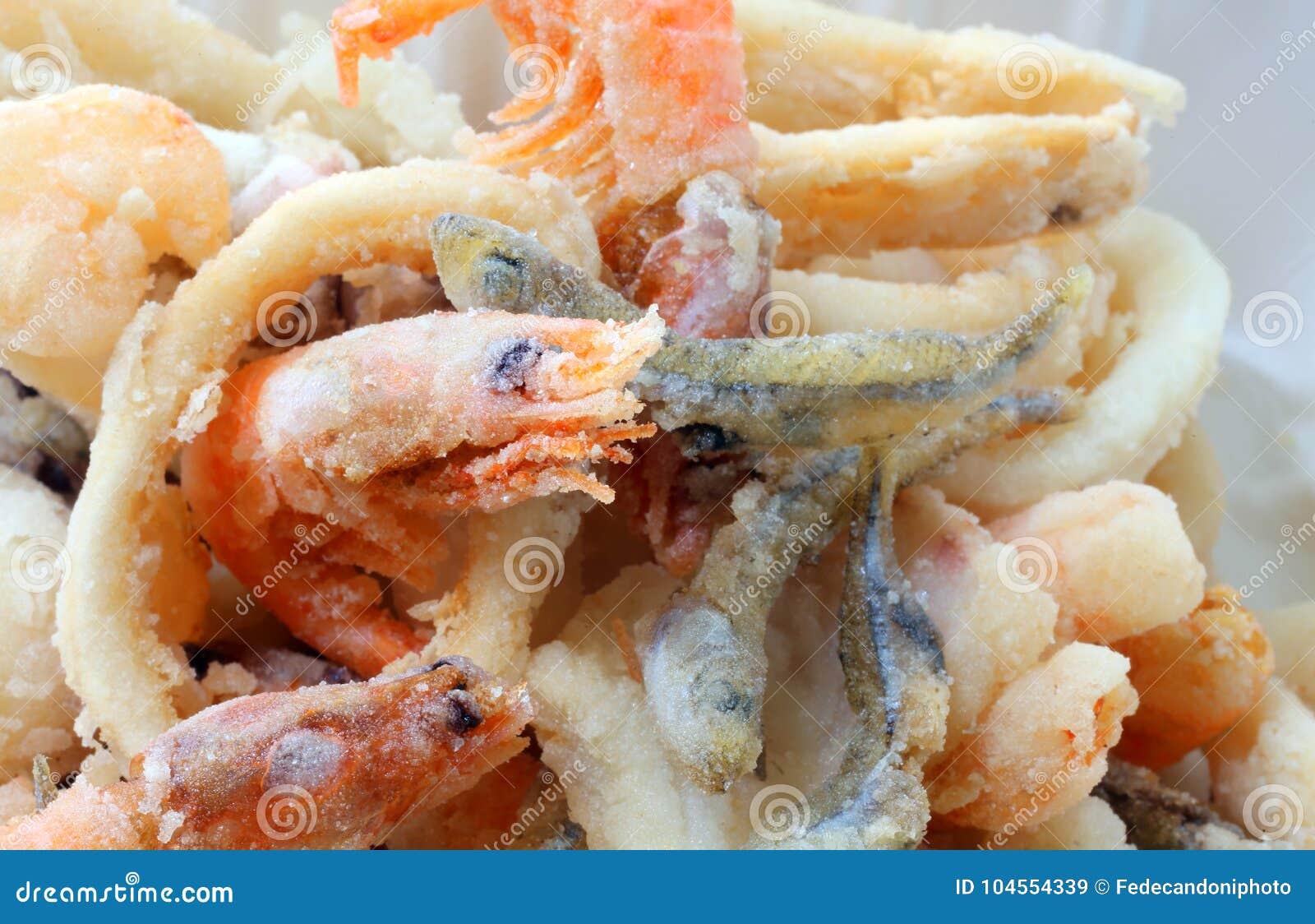 La crevette a fait frire dans le traiteur de la spécialité de poissons