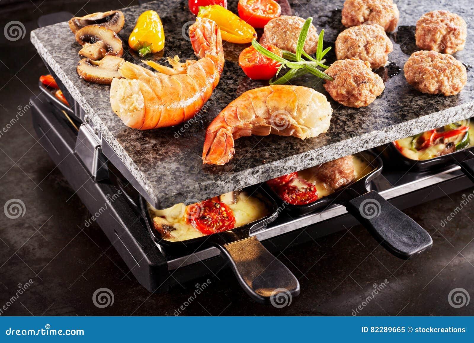 La crevette rose savoureuse coupe la queue la cuisson sur un gril de raclette image stock - Coupe fromage a raclette ...