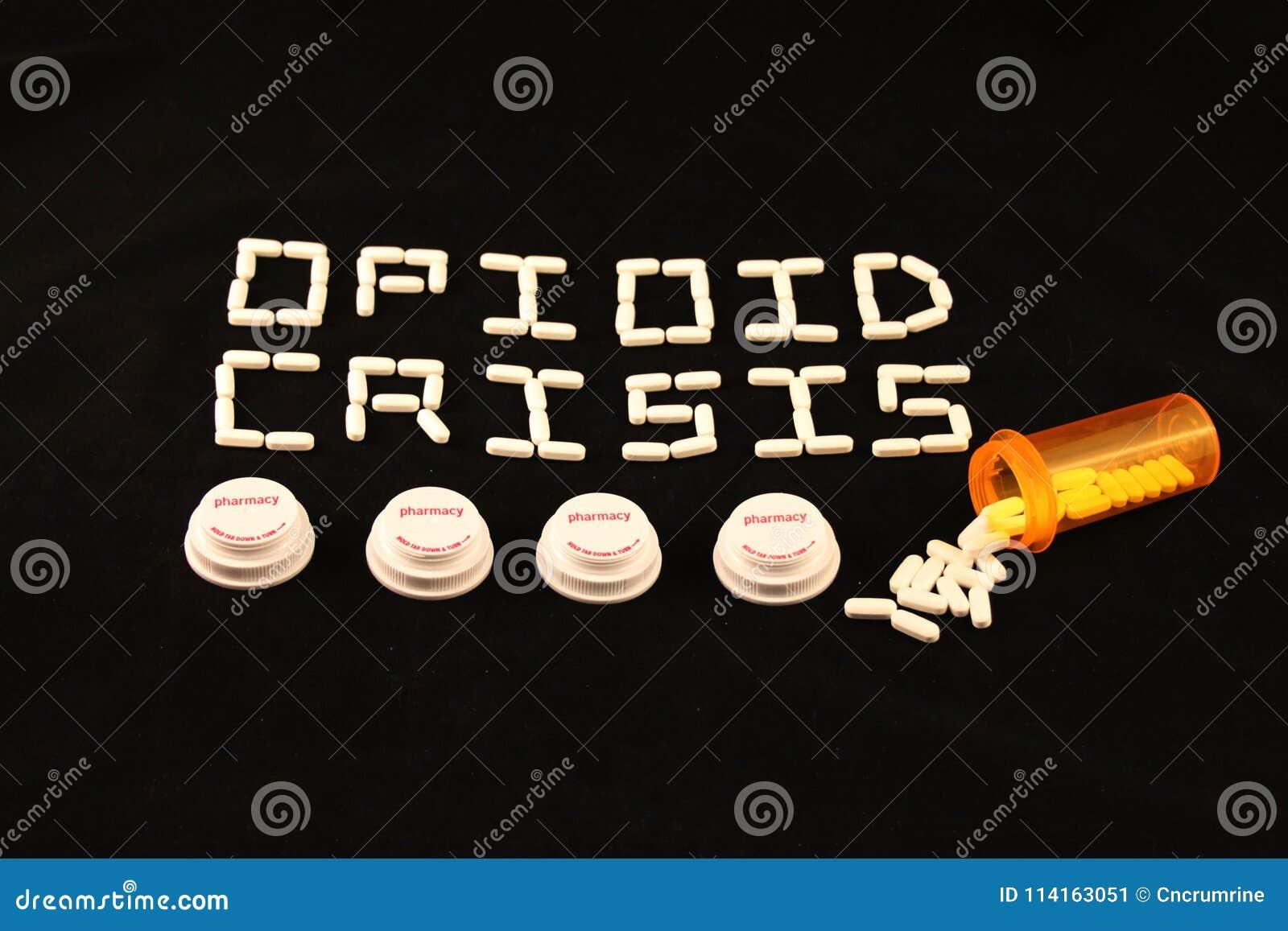La crise d Opioid a défini avec les pilules blanches au-dessus de plusieurs couvercles de bouteille de prescription sur un fond n