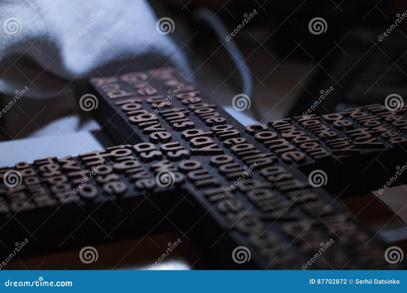 La croix chrétienne en bois avec a découpé le plan rapproché de prière du ` s de seigneur