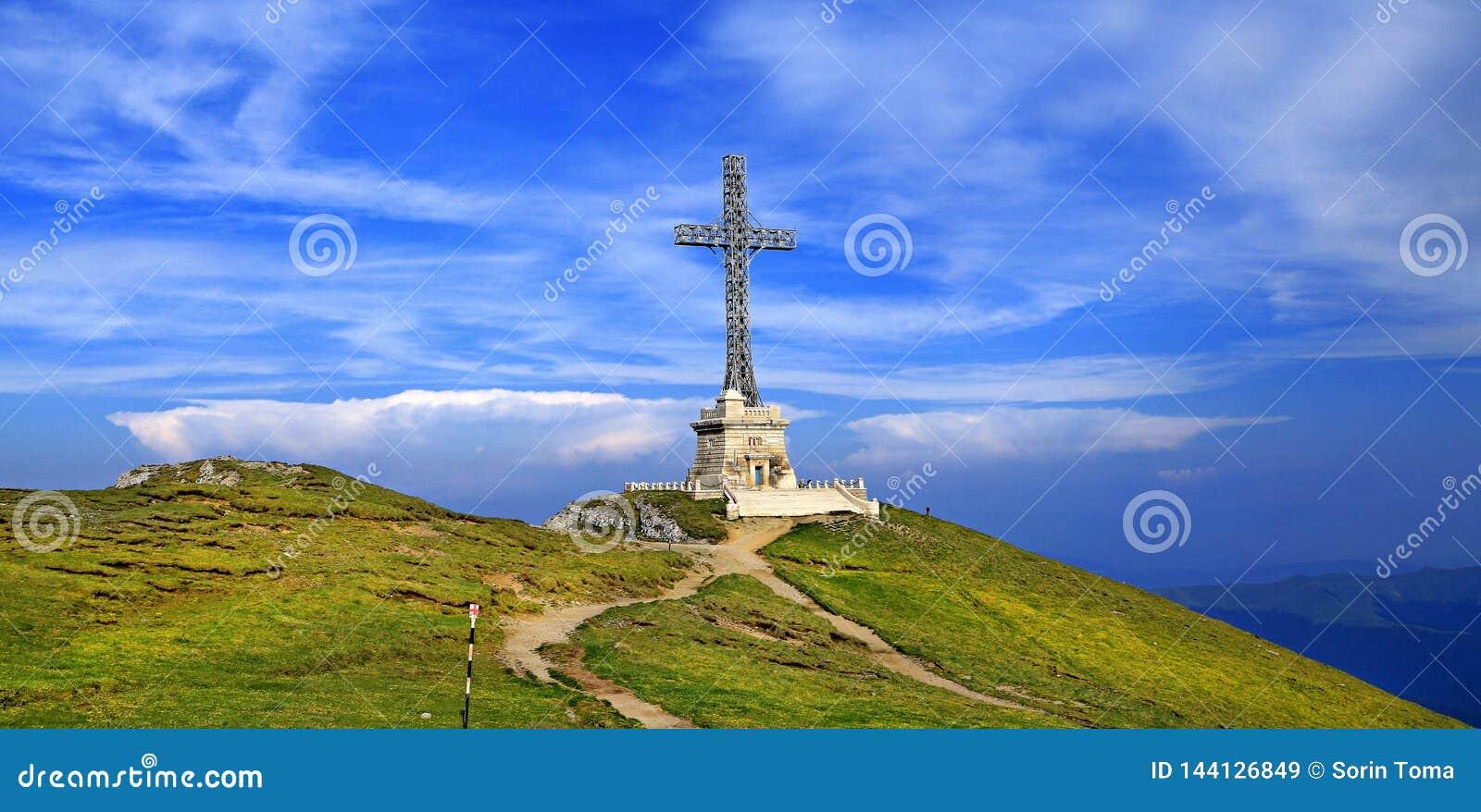 La croix des héros sur la crête de Caraiman, montagnes de Bucegi, Roumanie