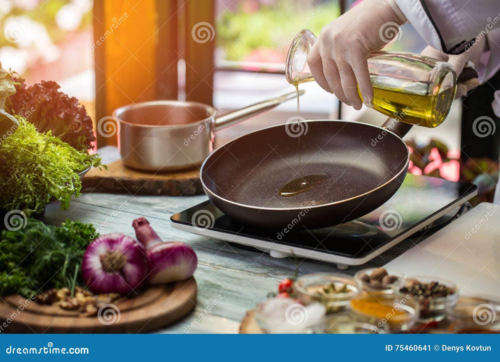 La cruche verse le liquide sur la casserole