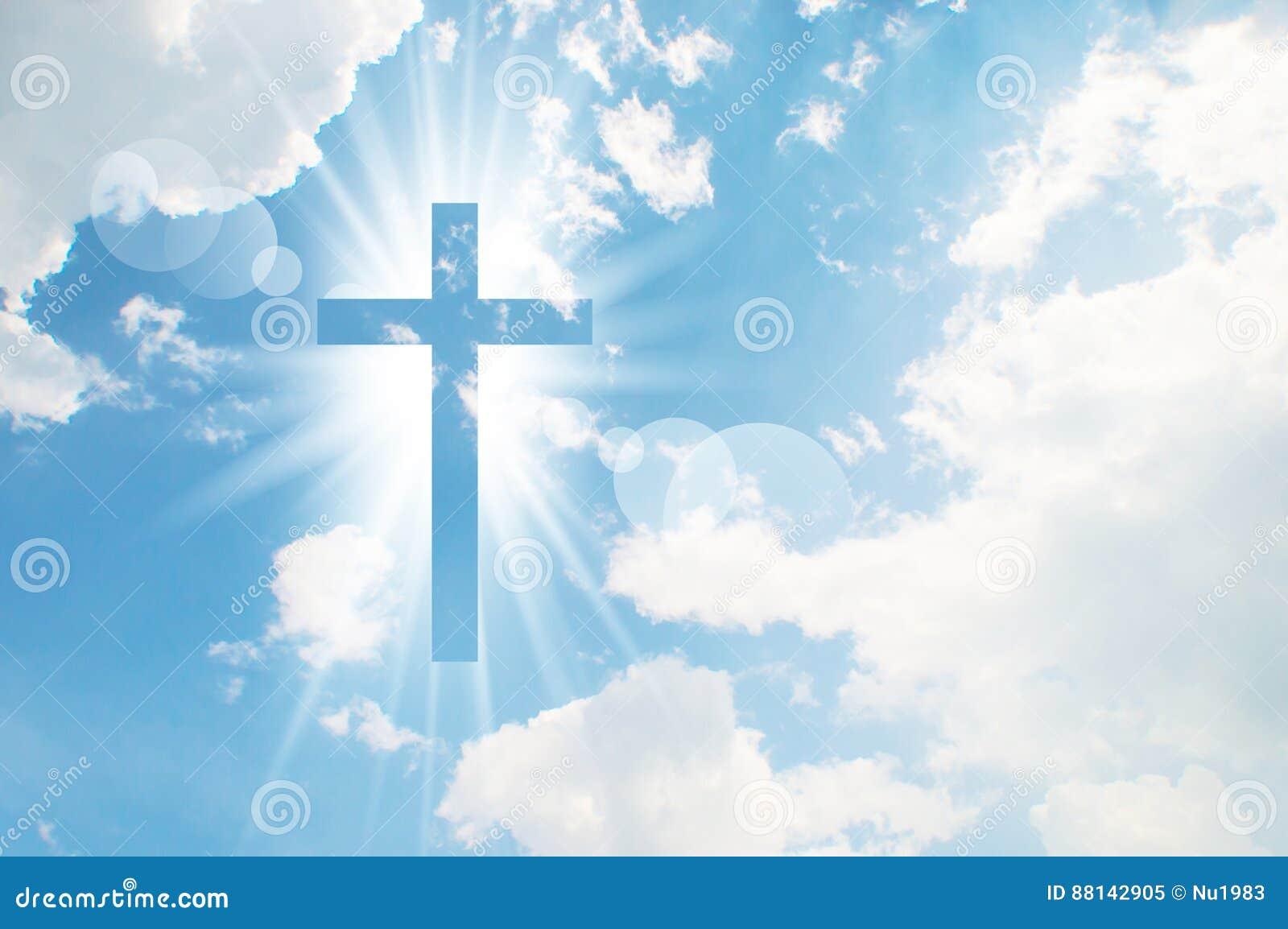 La cruz cristiana aparece brillante en el cielo