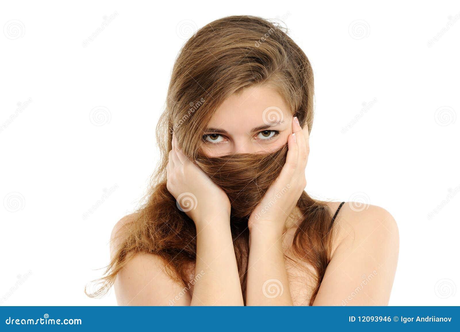 La cubierta de la mujer con el pelo una nariz y labios