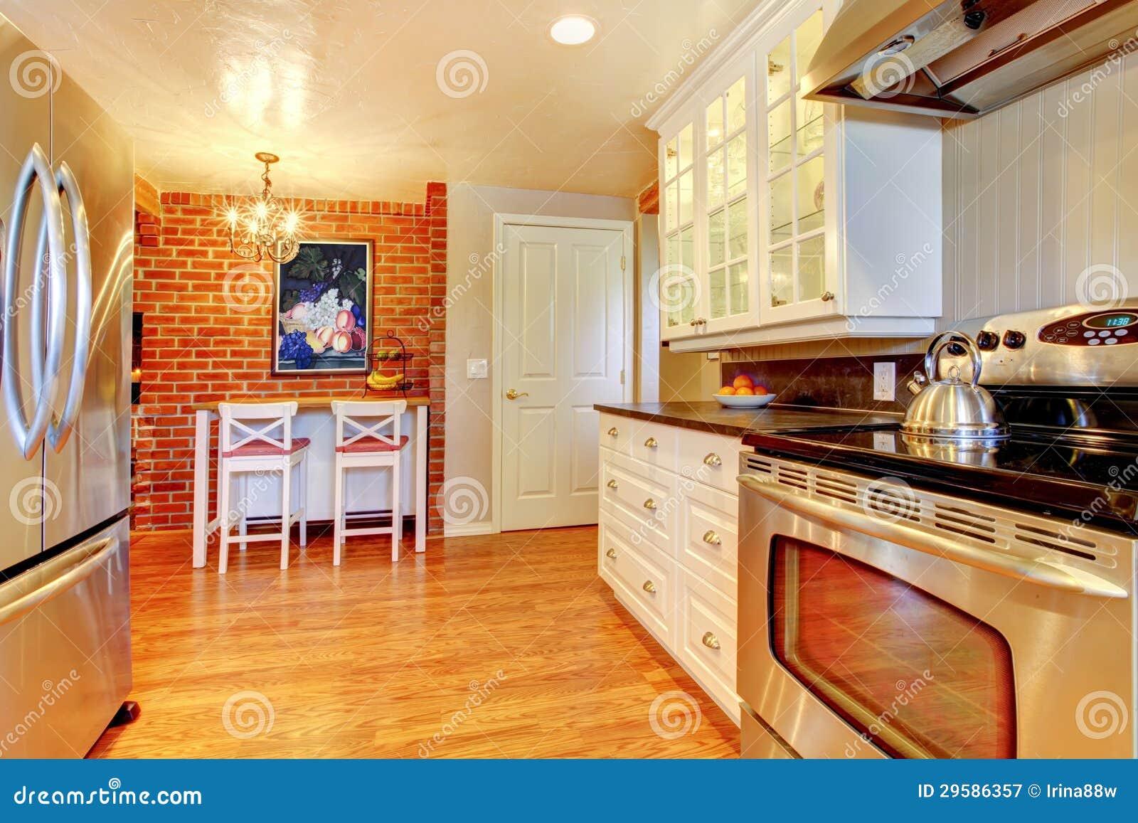 La Cucina Bianca Con Il Muro Di Mattoni, Il Legno Duro Ed ...