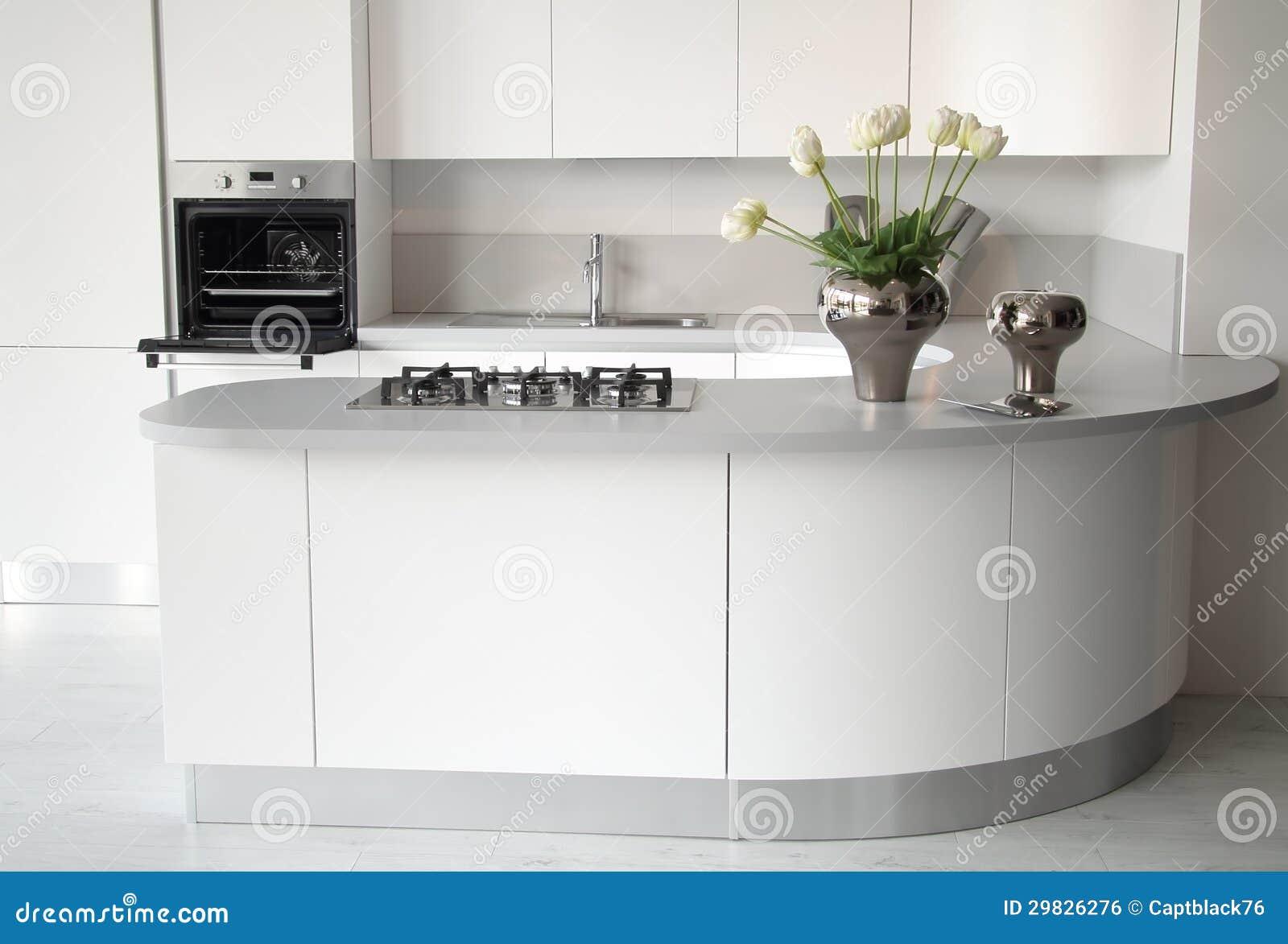 Cucina bianca moderna con il forno aperto fotografia stock