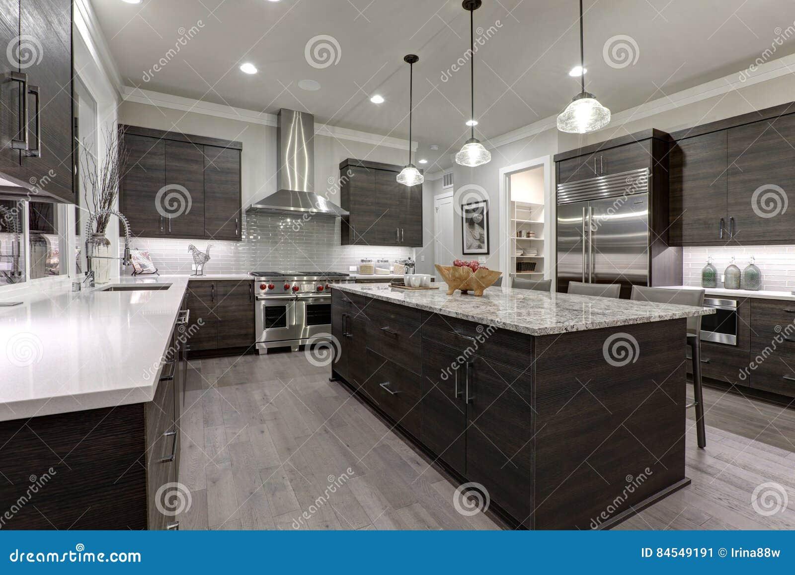 La cucina grigia moderna caratterizza i gabinetti anteriori piani grigio scuro accoppiati con i - Cucina grigio scuro ...