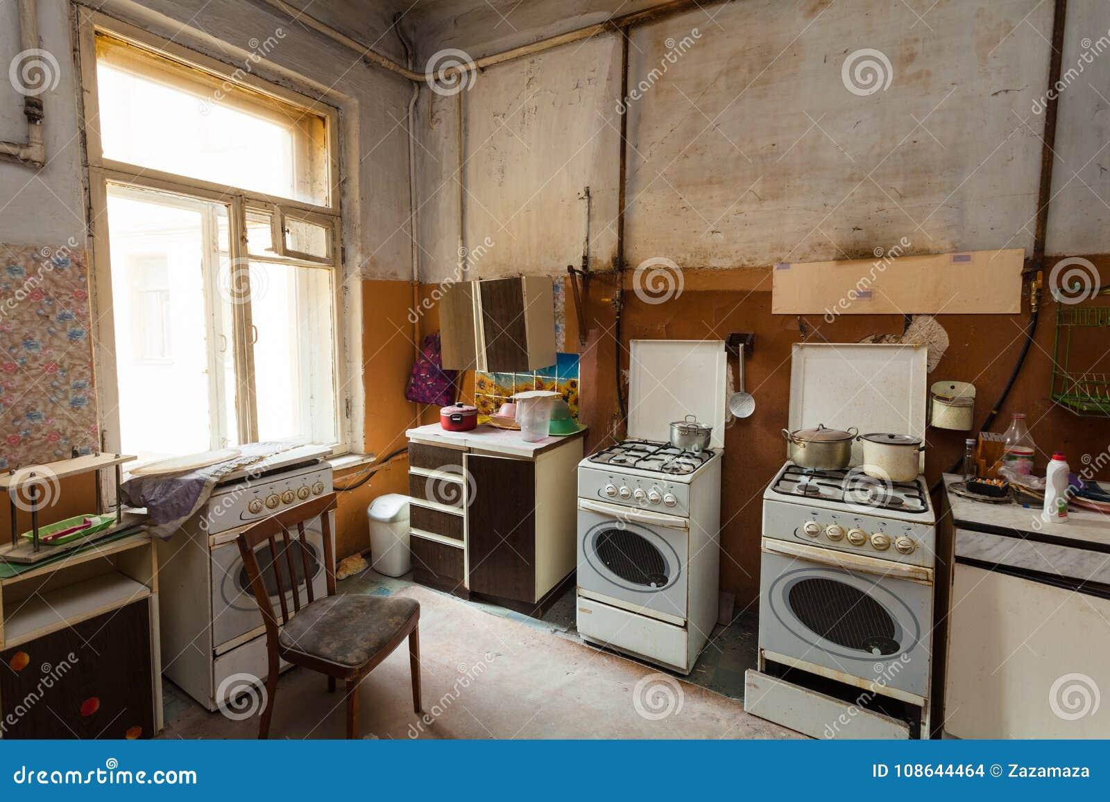 La Cucina Sporca Con Le Stufe Di Gas E Della Mobilia è Nell ...