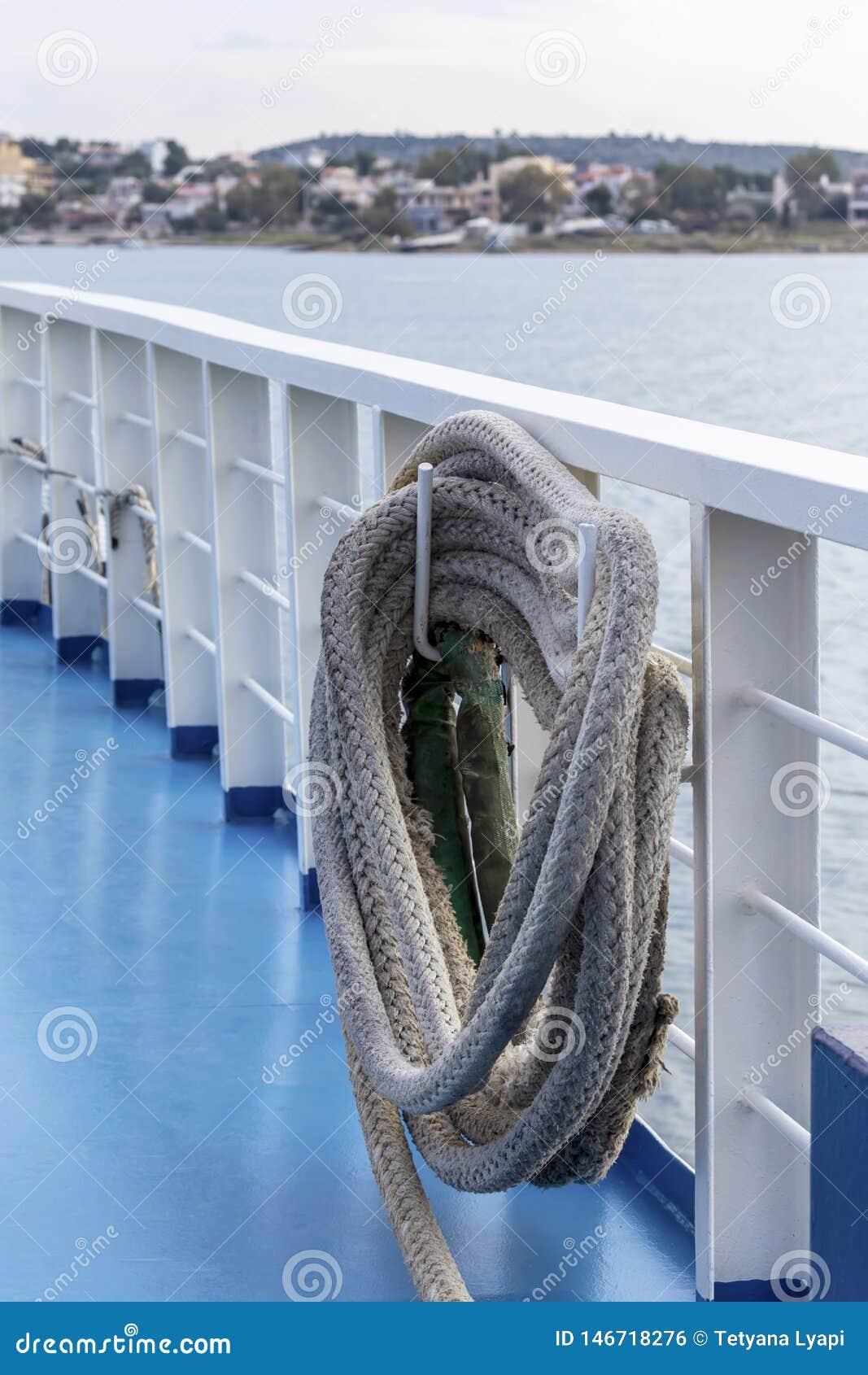 La cuerda del amarre en la nave