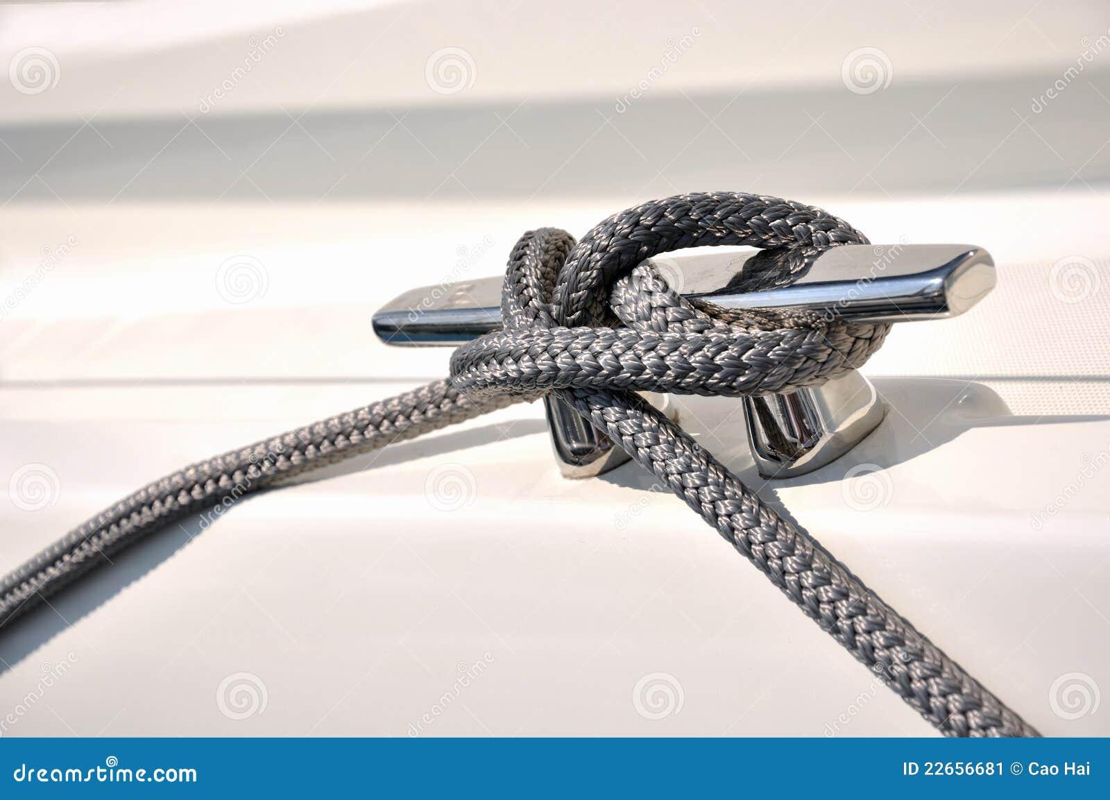 La cuerda sujeta en la estaca del yate