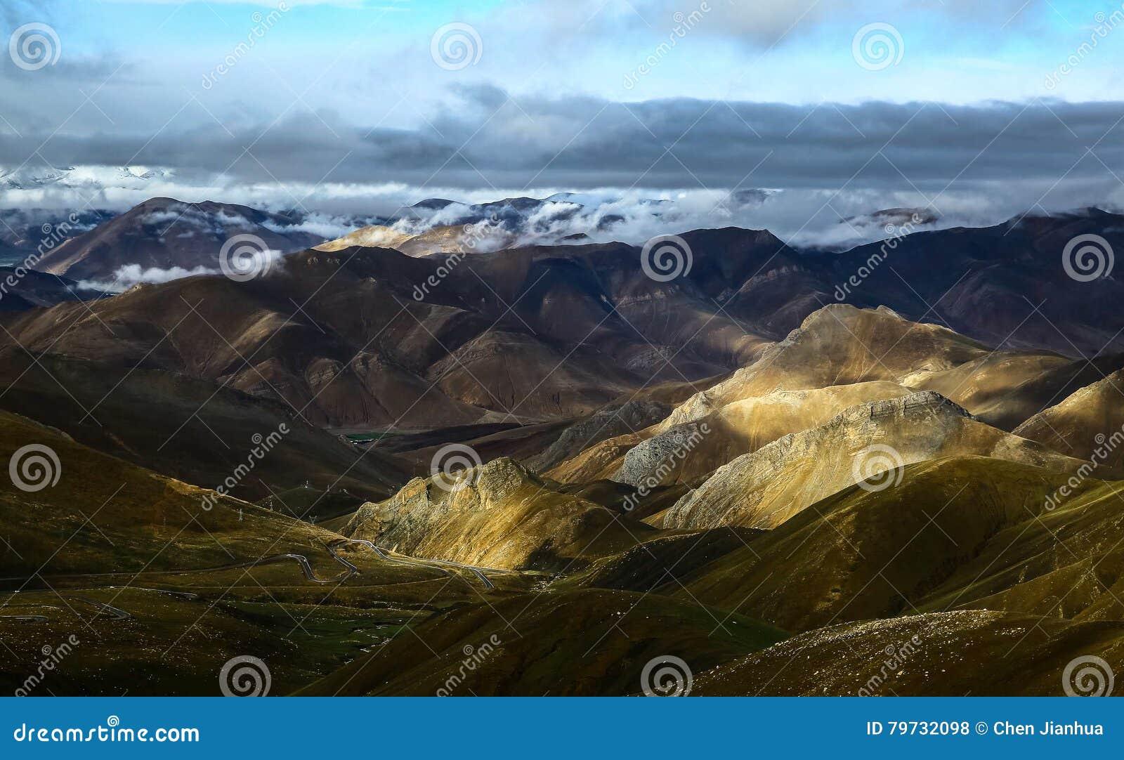 La cuesta del norte del paisaje de la gama de Himalaya
