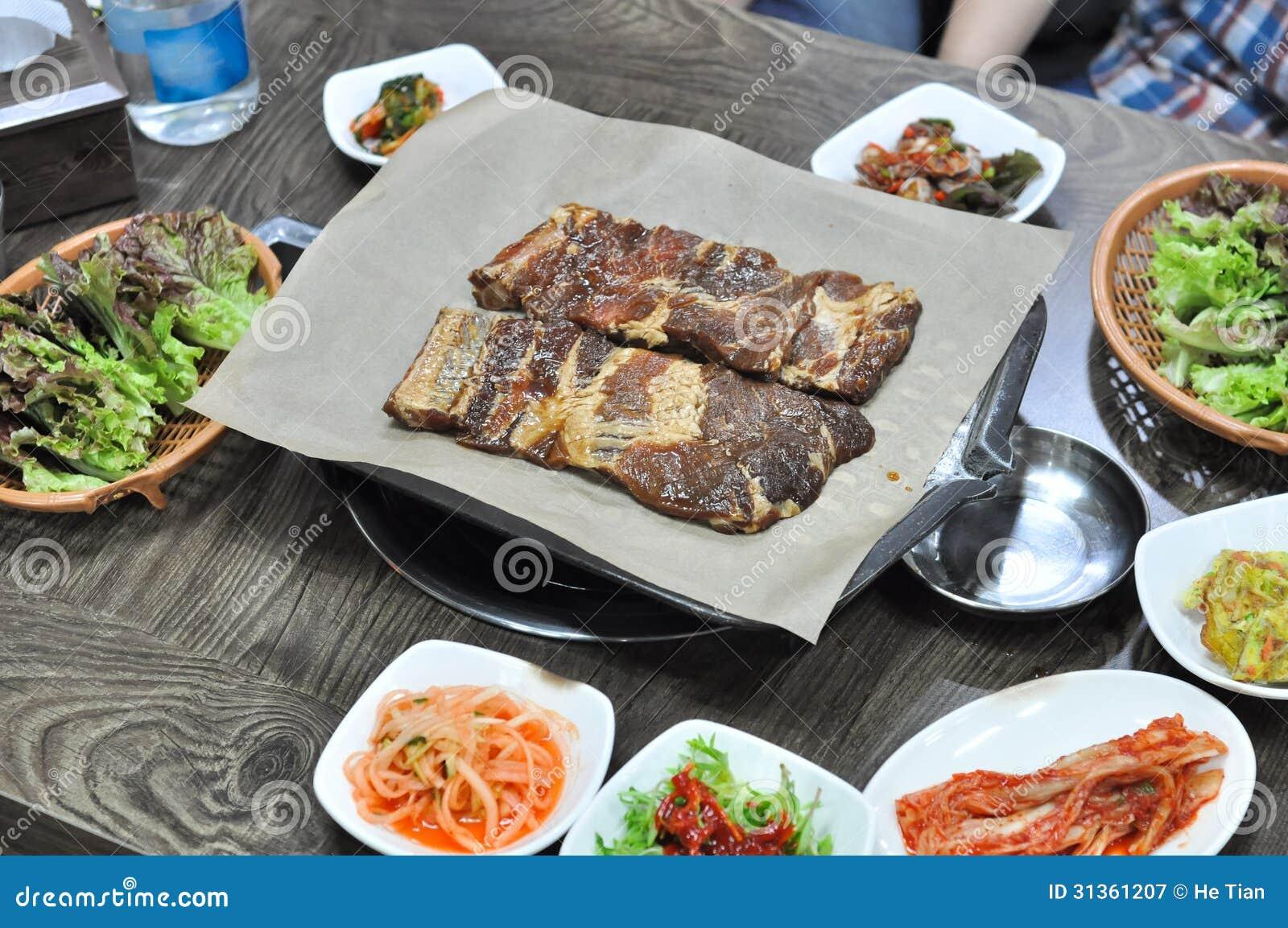 La cuisine cor enne de barbecue avec des garnitures a servi sur la table photographie stock - La cuisine de a a z ...