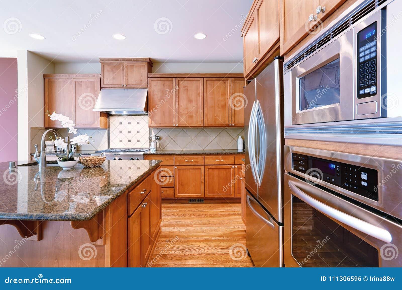 La cuisine de invitation lumineuse comporte des compteurs de granit