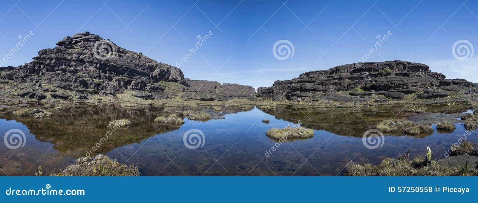 La cumbre del soporte Roraima, del pequeño lago y del negro volcánico empiedra los wi