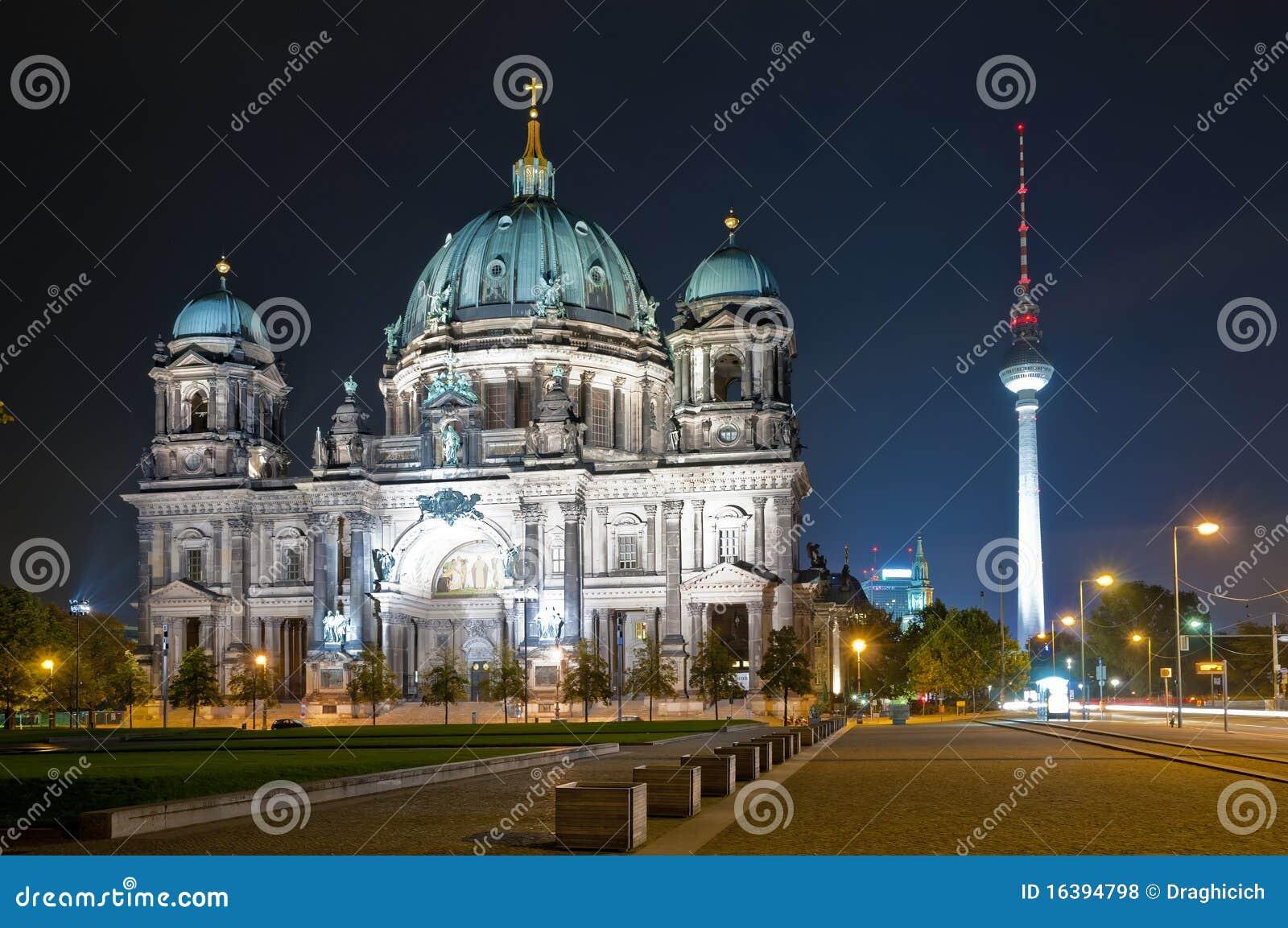 La cupola e la TV torreggiano su a Berlino alla notte
