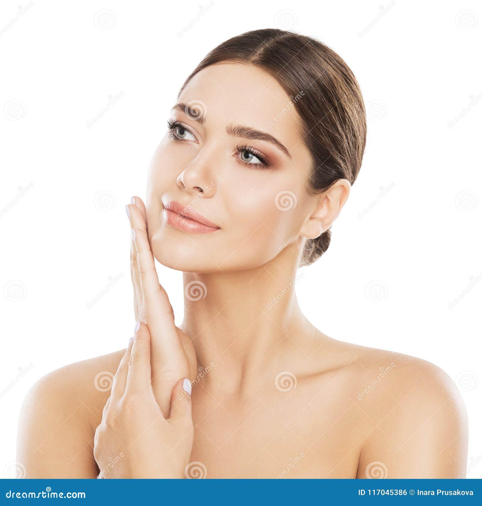 La cura di pelle di bellezza del fronte, donna naturale compone, passa sulla guancia
