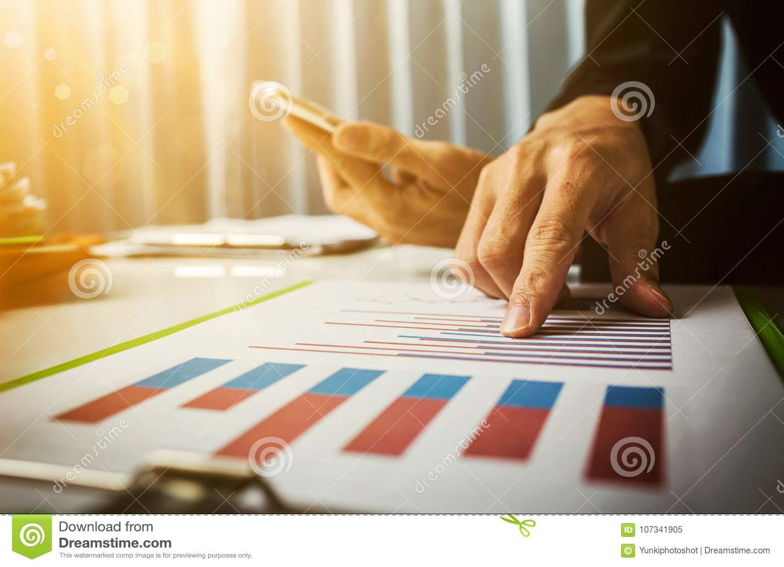 La cuve et les taux de prêt ont calculé par la banque de selon le code fiscal du gouvernement Travail dur asiatique d homme d aff