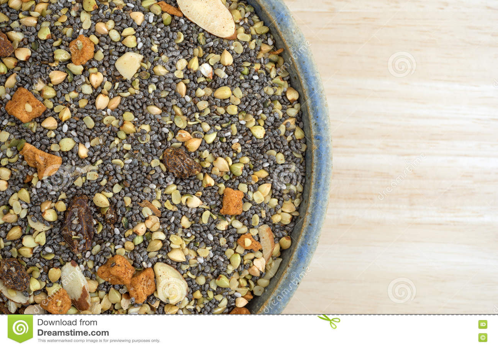 La cuvette de chia sème les écrous et la céréale de petit déjeuner de fruit