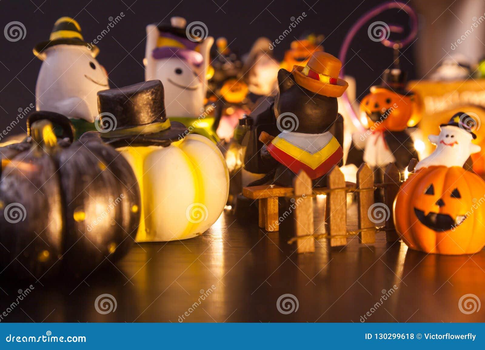 La décoration de maison de partie de festival de Halloween avec des fantômes et les monstres jouent la poupée ayant l amusement e