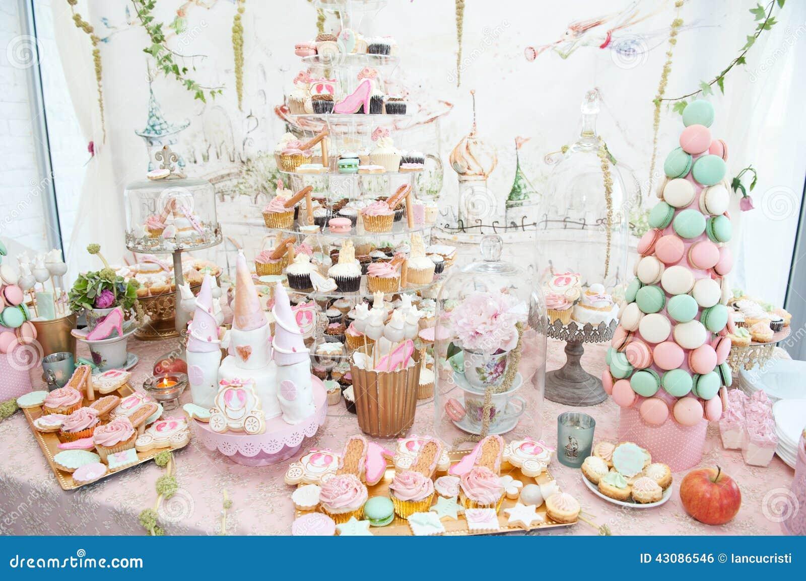 la d coration de mariage avec le pastel a color des petits g teaux des meringues des petits. Black Bedroom Furniture Sets. Home Design Ideas