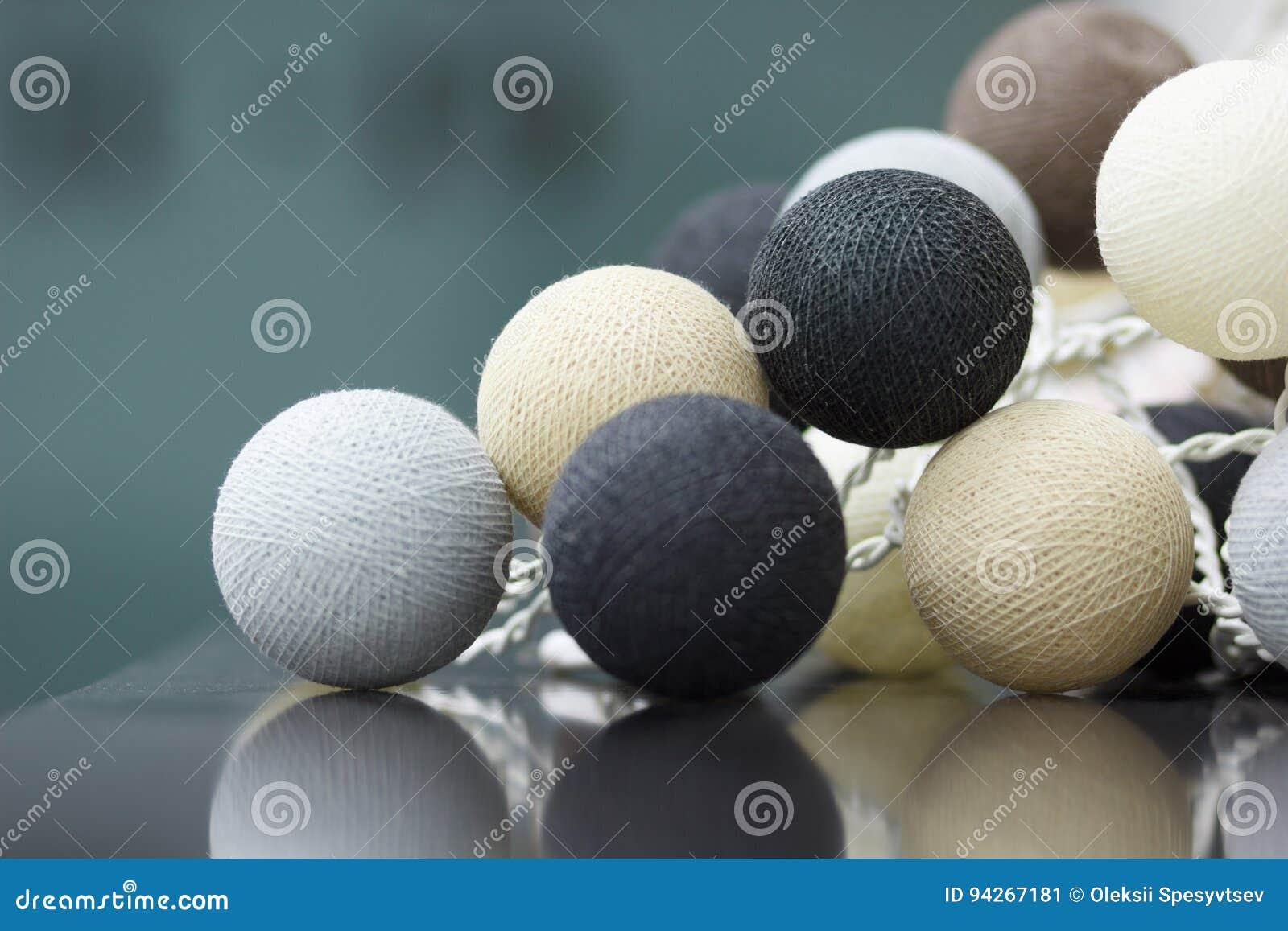 La décoration intérieure du neutre a coloré les boules tricotées