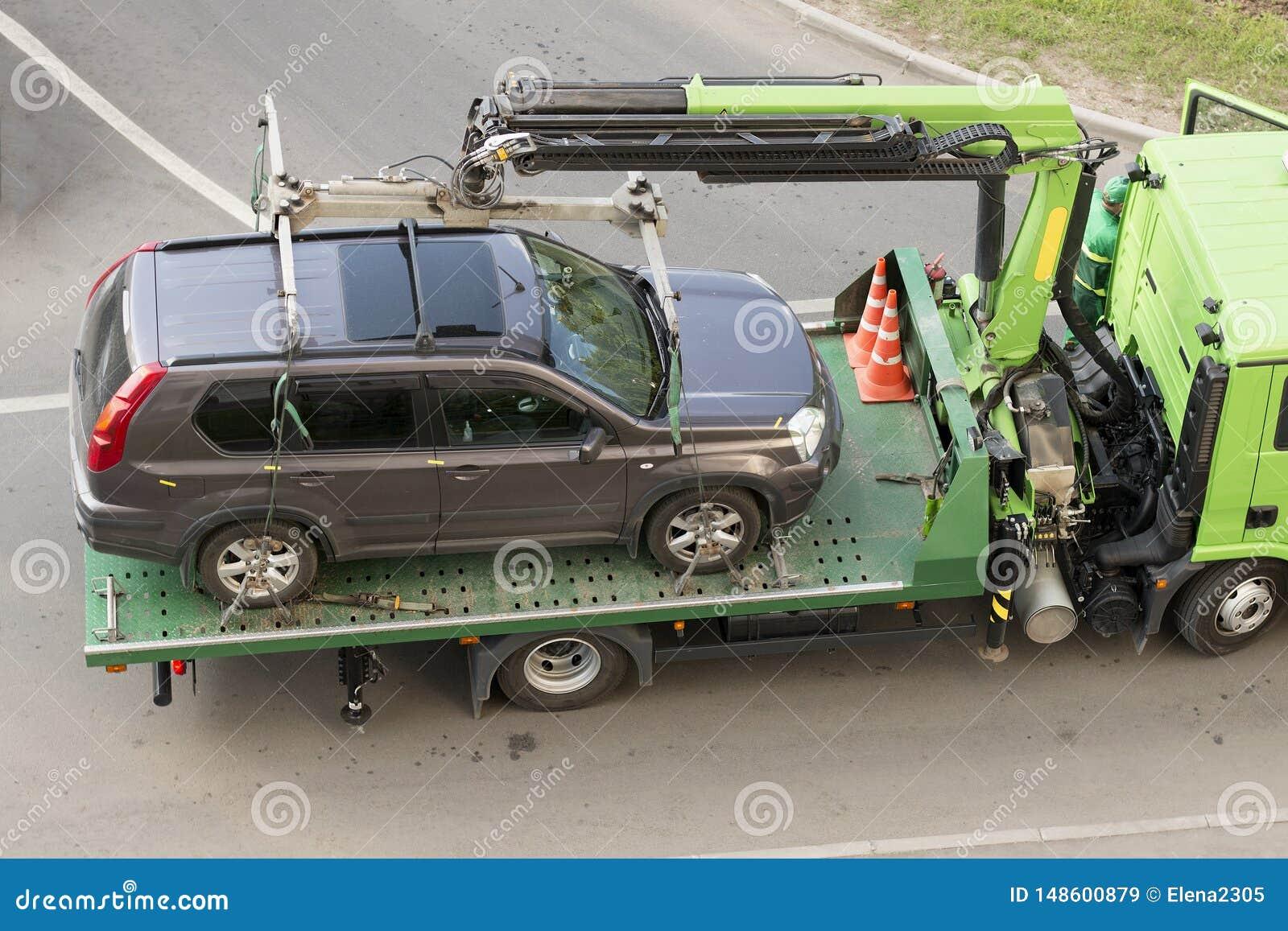 La d?panneuse ?vacue la voiture pour le stationnement inexact