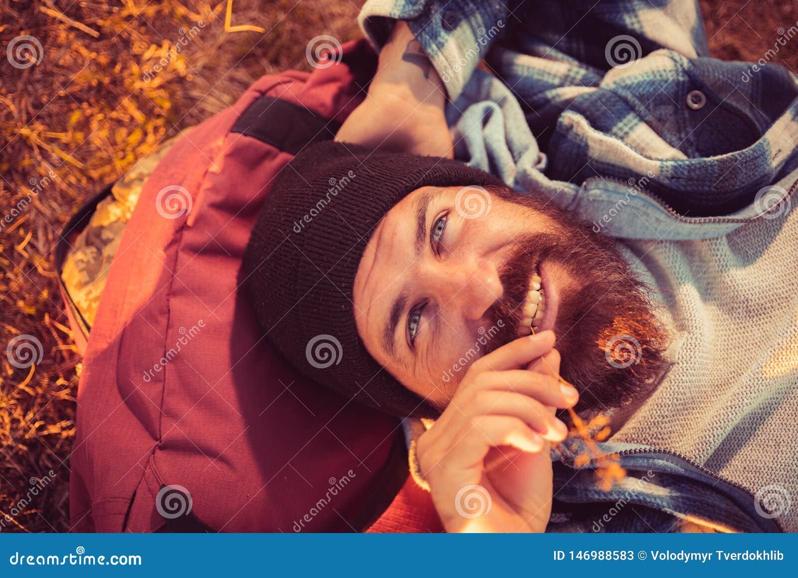 La détente de vagabond apprécient le coucher du soleil Concept de vacances d ?t? Hippie barbu d homme avec le paysage vert nature