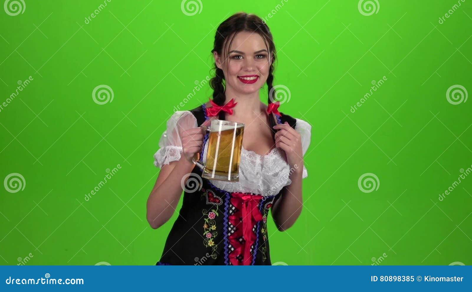 La Danse De Fille Avec Un Verre De Bière Dans Sa Main Et L\'apparence ...