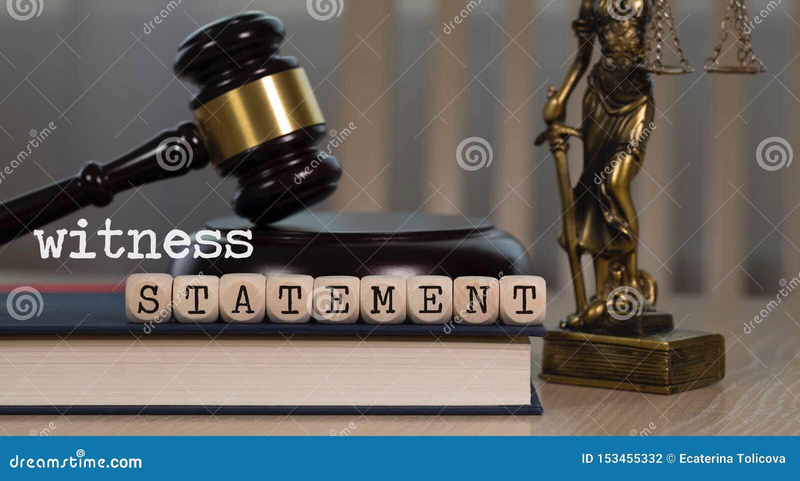 La DECLARACIÓN de la palabra integrada por de madera corta en cuadritos Mazo y estatua de madera de Themis en el fondo