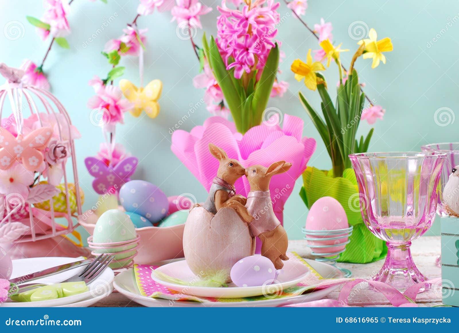 Decorazioni Pasquali Da Tavola : La decorazione della tavola di pasqua con i conigli e la molla
