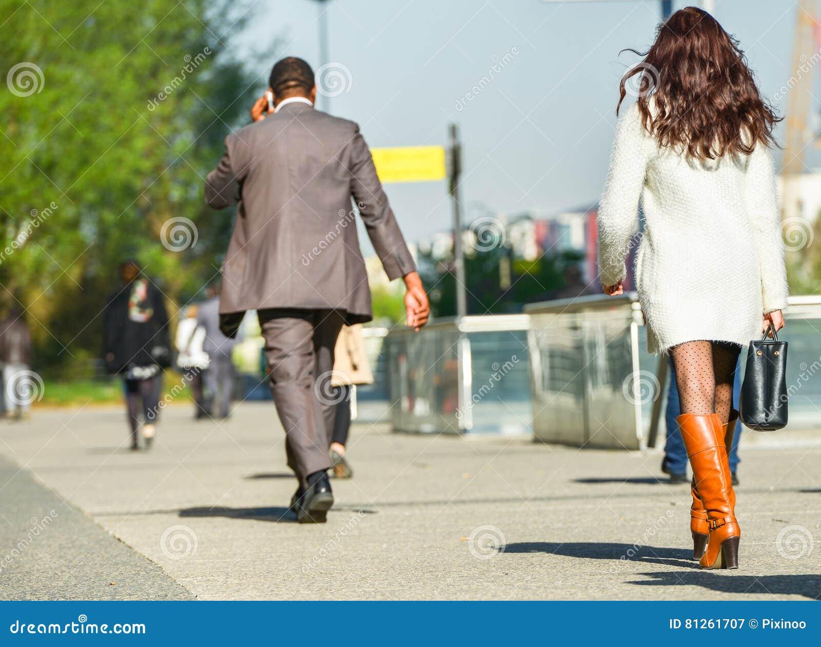 La-defensie, Frankrijk 10 April, 2014: portret van een bedrijfsvrouw die met zak op een straat lopen Zij draagt korte rok en eleg