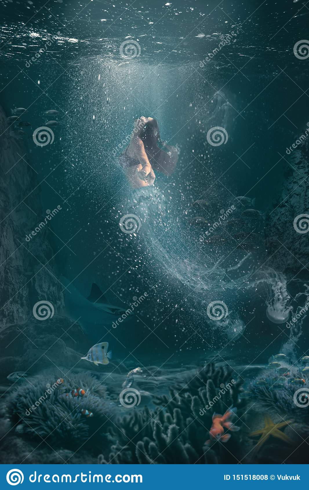 La demi méduse d imagination femme sous-marine de scène de demi nage sur la surface