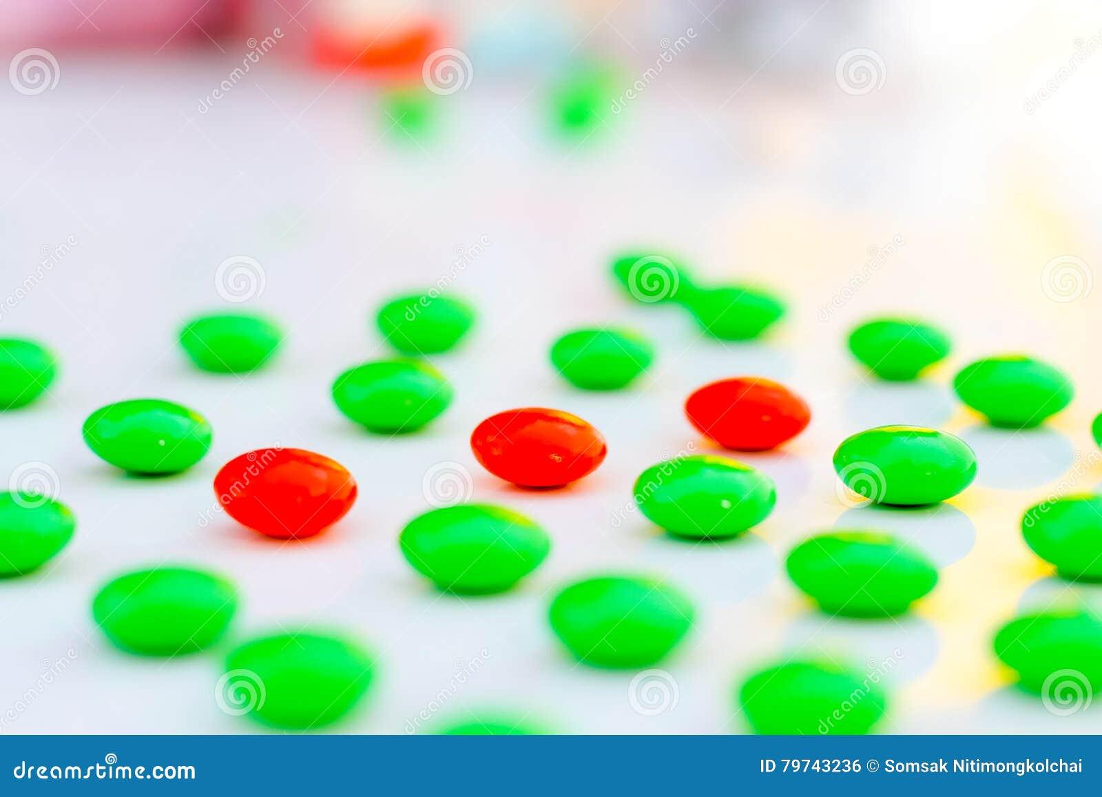 La diferencia hizo la dirección: gránulos rojos del pigmento en el verde