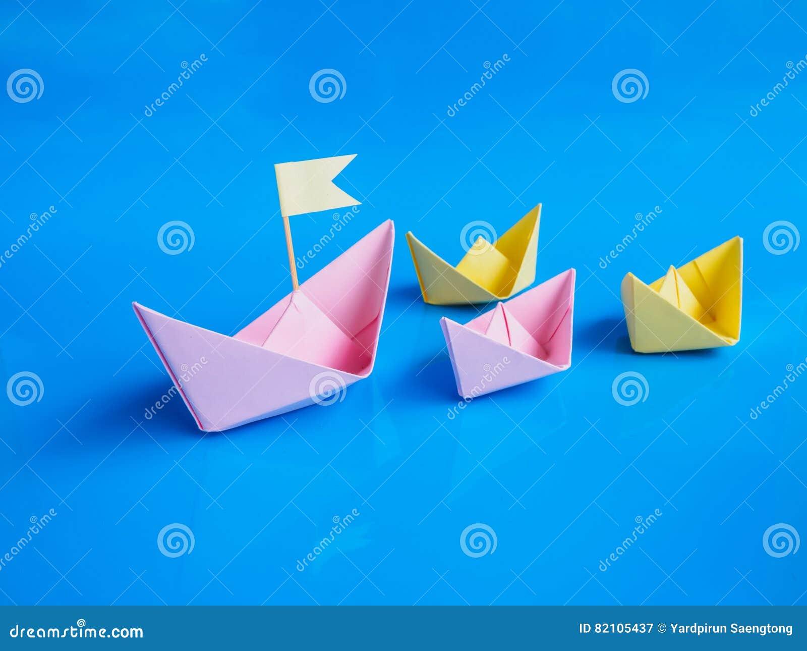 La dirección y el equipo trabajan el concepto, arte del grupo de papel del barco o