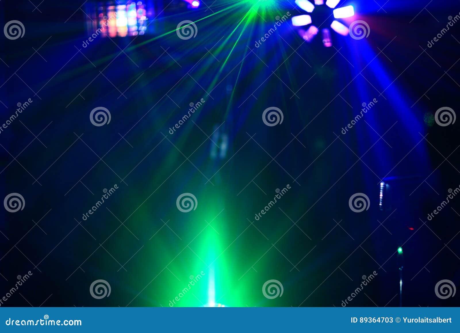 La discoteca di illuminazione con i fasci luminosi di proiettore